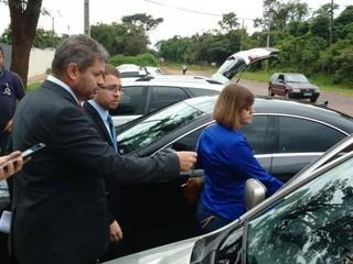 O advogado Carlos Marques, à esquerda, com a vereadora Magali Picarelli (PSDB), ao prestar depoimento no Gaeco ontem. (Foto: Yarima Mecchi)