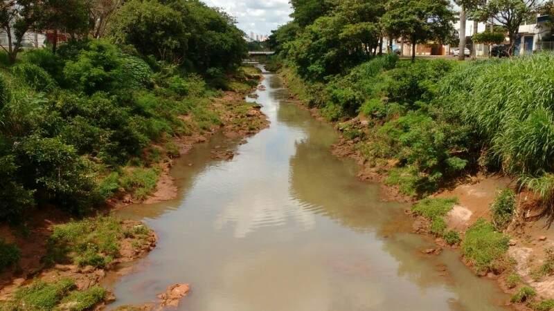 Rio Anhanduí também sofre as consequências do descaso público. (Foto: Adriano Fernandes)