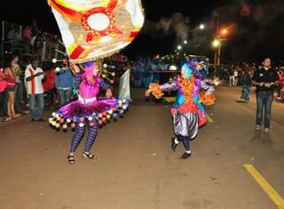 Casal de mestre-sala e porta-bandeira, à moda circense.