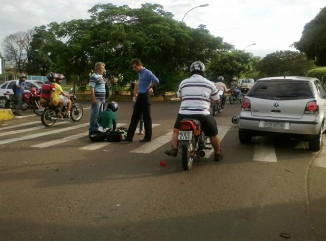 Motociclista ficou ferida em acidente na Ernesto Geisel. (Foto: Ricardo Gomes)