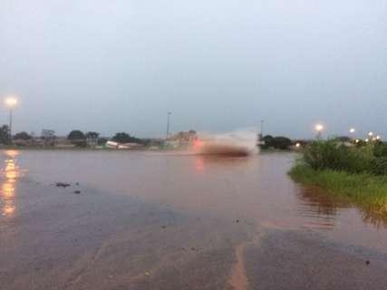 Forte chuva causa transtornos à população ao alagar ruas e casas