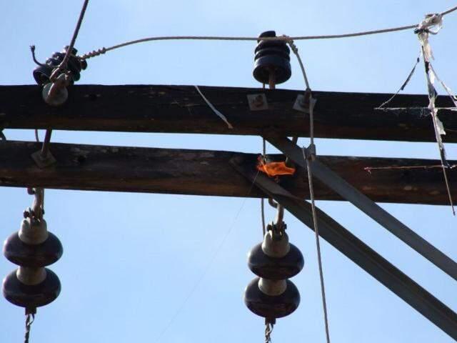 Atrito de fios com madeira gerou chamas. (Foto: Marcos Ermínio)