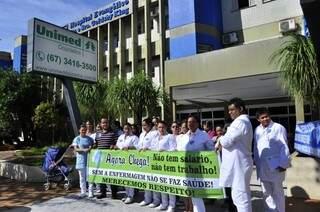 Profissionais de enfermagem durante paralisação em frente ao Hospital Evangélico, em Dourados (Foto: Eliel Oliveira)