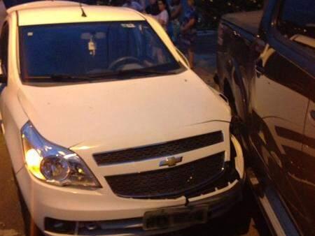 A condutora do Ágile não teve ferimentos visíveis mas foi encaminhada ao hospital pelo Corpo de Bombeiros. (Foto: Direto das Ruas)