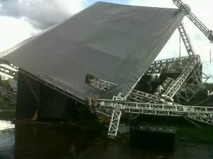 Vendaval destruiu palco. (Foto: Dourados Agora)
