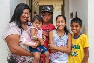A caçulinha da família junto dos primos que se tornaram irmãos. (Foto: Fernando Antunes)