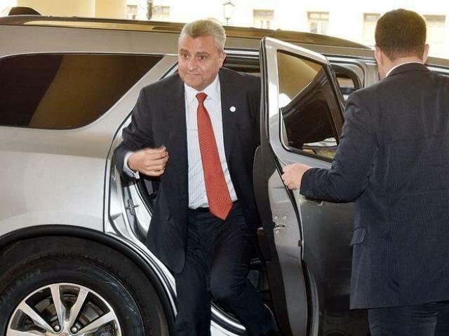 Ministro do Interior do Paraguai desce de carro oficial, dia 30 de setembro, em Assunción (Foto: ABC Color)