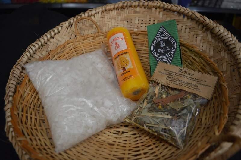 Neste caso o sal grosso é grande e dá para usar na casa inteira; incensos são feitos à mão (Foto: Naiane Mesquita)