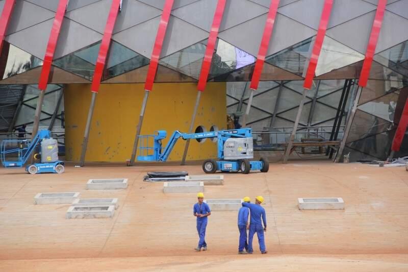 Operários trabalham na conclusão de três aquários de obra emblemática. (Foto: Marcos Ermínio)