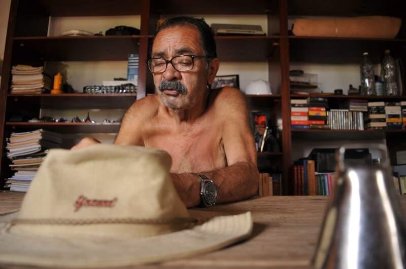 Seu Guilherme, com 67 anos, sobreviveu a infarto e hoje diz que vive super bem sozinho. (Foto: Alcides Neto)