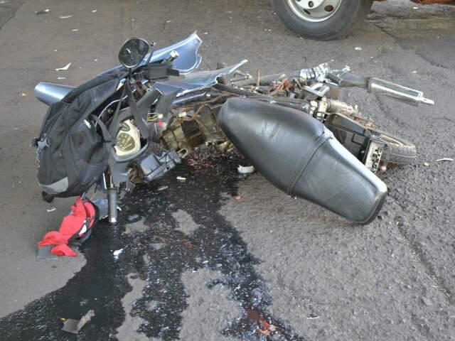 Motocicleta ficou destruída (Foto: Viviane Oliveira)