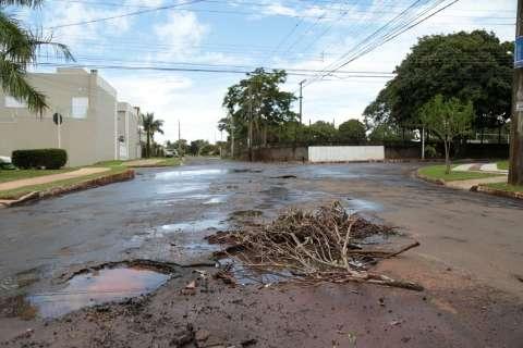 Mesmo com chuva, prefeitura corre para fechar buracos pela cidade