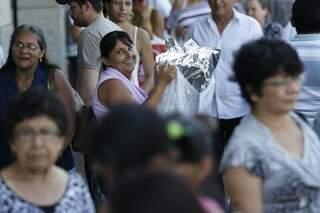 Maria das Graças faz manobras para levar um enorme pacote na 14 de Julho.