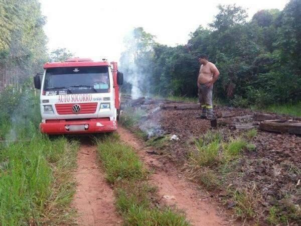 Vizinhos viram caminhão e homens no local onde trilhos foram furtados. (Foto: Direto das Ruas)
