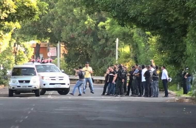 Ricardo (de calça jeans clara e colete da polícia) repetiu gesto dos disparos. (Foto: Marcos Ermínio)