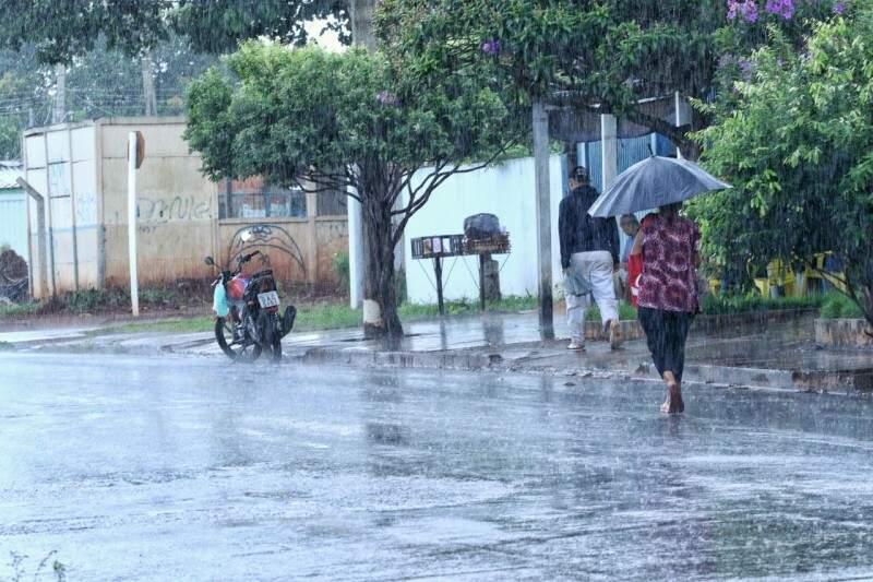 Chuva atingiu bairro Piratininga na manhã desta terça-feira (31), em Campo Grande. (Foto: André Bittar)