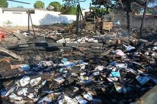 Incêndio destruiu empresa (Foto: Simão Nogueira)