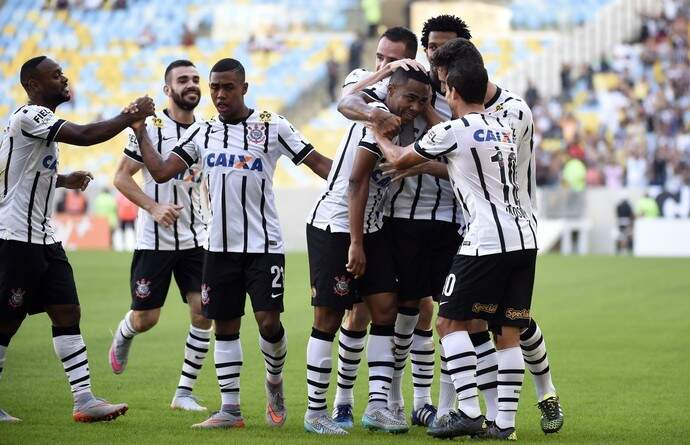 Jogadores corinthians comemoram gol no Maracanã. Foi uma vitória fácil por 3 a 0 (Foto: G1)