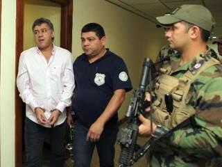 Pavão no momento em que era levado do presídio de Tacumbú a quartel da polícia, no dia 25 de julho (Foto: ABC Color)