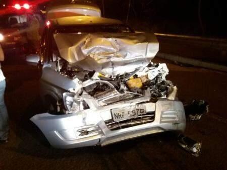 Veículo de passeio ficou com a frente destruída (Foto: Direto das Ruas)