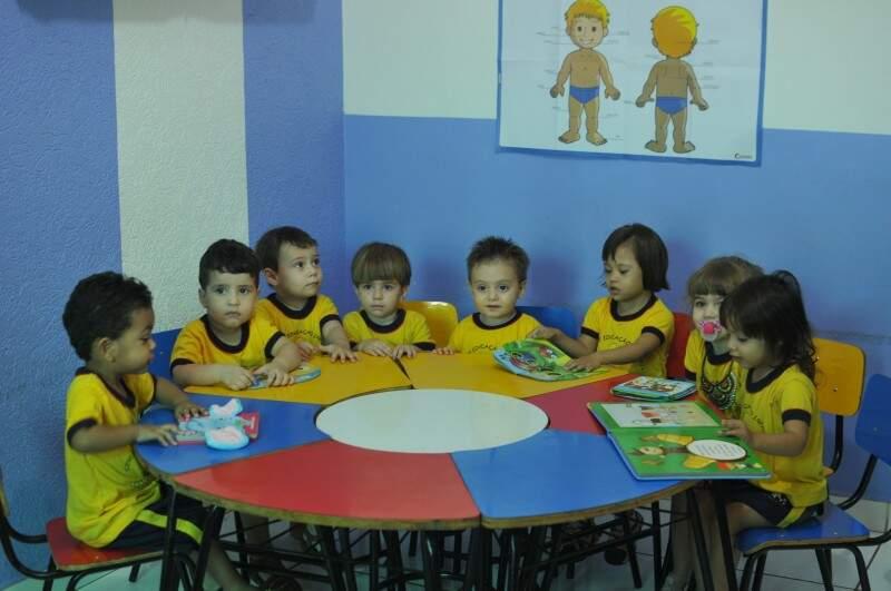 Desde muito pequenos, os alunos têm contato com os livros. (Foto: Alcides Neto)