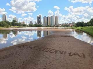 Palavra vergonha escrita em banco de areia no lago do Parque das Nações Indígenas. (Foto: Kisie Ainoã)