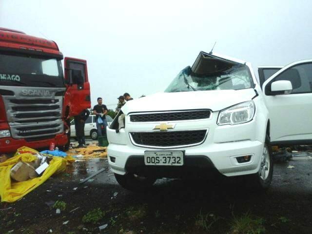 Colisão transversal entre caminhonete e carreta matou uma mulher. (Foto: Pedro Peralta)