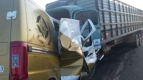 Motorista de van funerária morre ao bater de frente com caminhão na MS-306