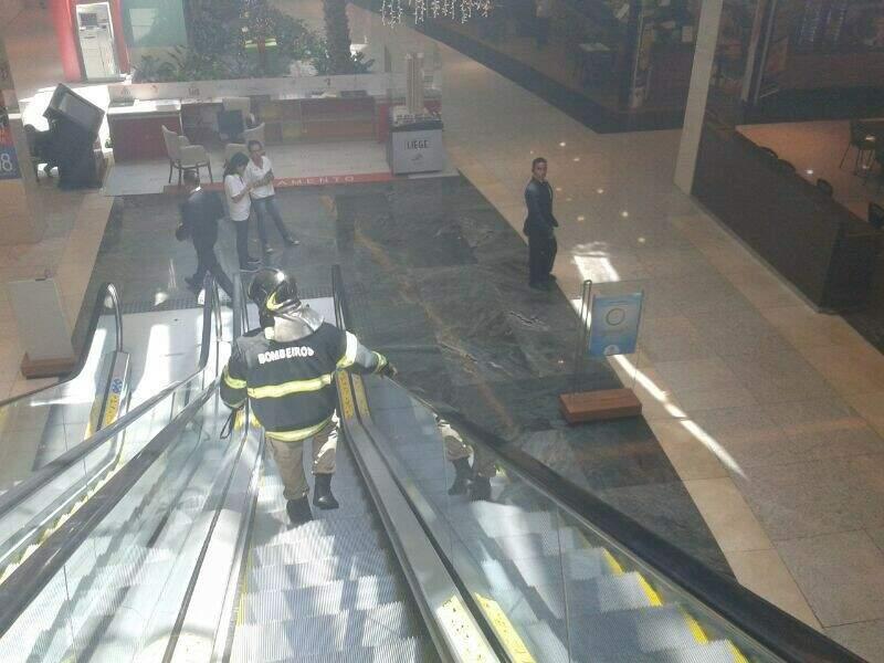 O incêndio foi controlado pelos bombeiros e pela brigada do shopping, (Foto: Marcos Ermínio)