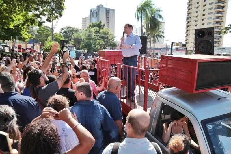Bernal foi ao carro de som e disse que vai recorrer de demissões. (Foto: Fernando Antunes)