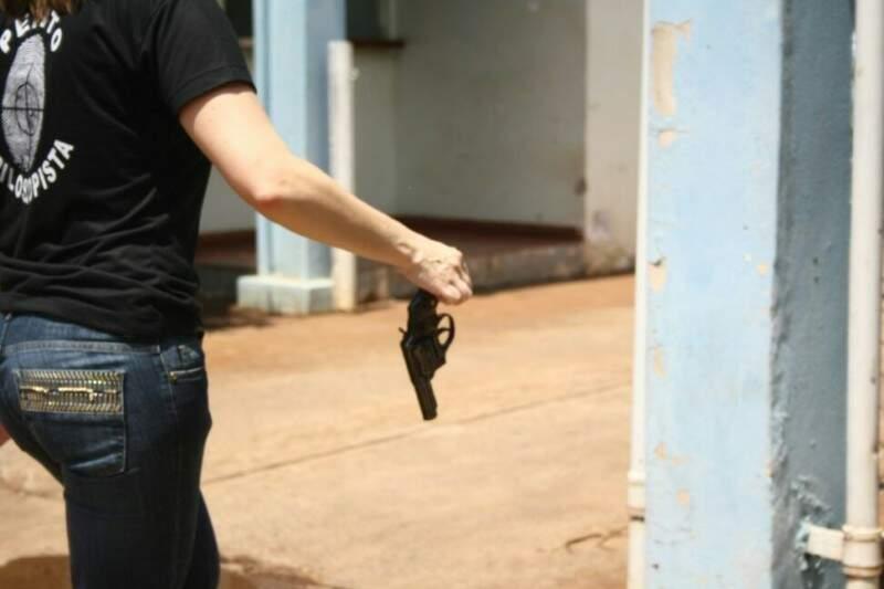 Arma foi retirada do carro. Foto: Marcos Ermínio