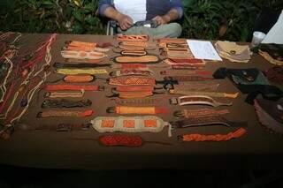Pulseiras, braceletes, tornozeleiras fazem parte do trabalho de Jorge (Foto: Paulo Francis)