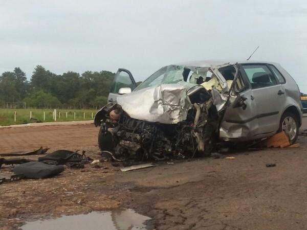 Condutor do veículo de passeio morreu no local do acidente (Foto: Márcio Rogério/ Nova News)