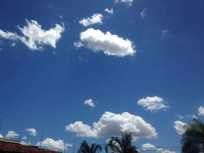 Nuvens no céu da Capital na tarde desta segunda-feira; dias serão de sol, mas chova à tarde, conforme previsão (Foto: Samuel Isidoro)