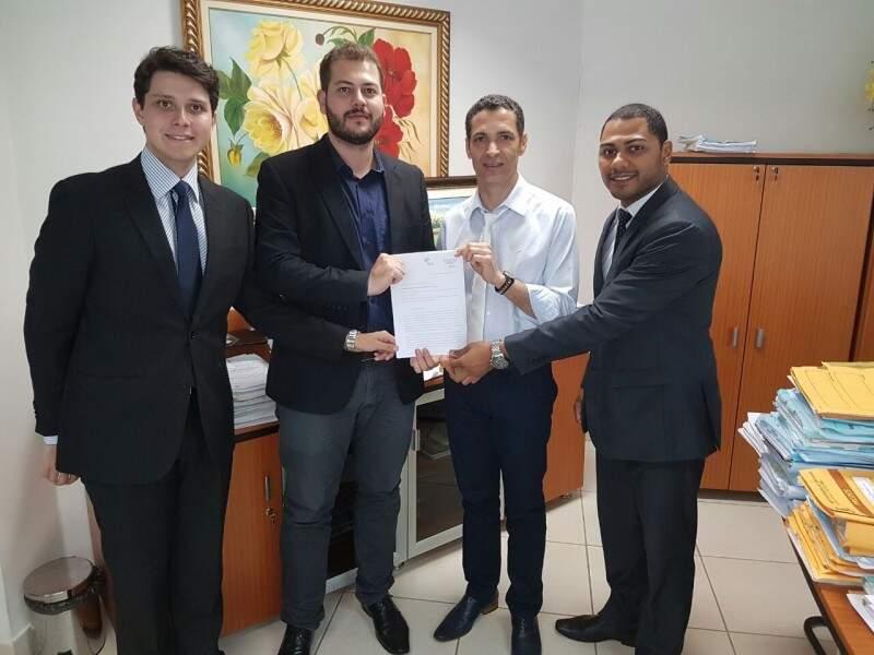 Procurador do município (de branco) recebeu os integrantes da Associação. (Foto: Divulgação)