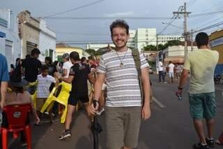 Faça chuva ou sol, carnavalesco pela 1ª vez, Hugo não ia deixar o bloco.