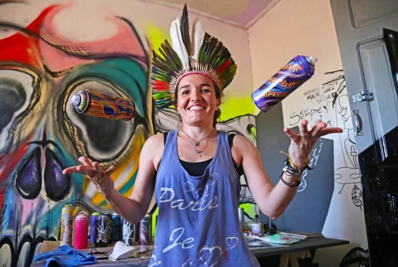 No malabares de cores, Natacha reúne grafite, vídeo mapping e arquitetura no mesmo lugar. (Foto: Marcos Ermínio)