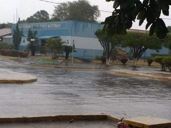 Choveu na cidade no fim da tarde de ontem, aliviando a sensação de calor. (Foto: Toninho Ruiz)