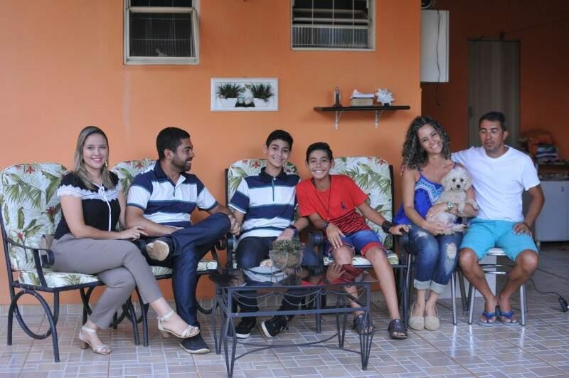 Todos juntos: Os pais de Erick e os de João. (Foto: Alcides Neto)