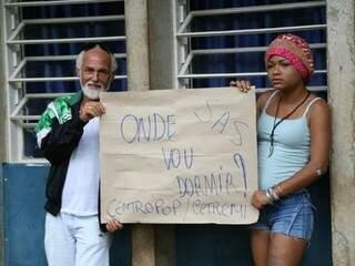 Abrigados no Cetremi seguram cartaz enquanto aguardam notícias sobre fechamento do abrigo (Foto: Marcos Ermínio)