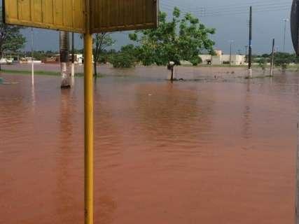Em uma hora de chuva, lagoa transborda e água invade casas