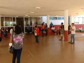 Ansiosos, estudantes aguardam na UFMS para fazer o segundo dia de prova. (Foto: Adriano Fernandes)