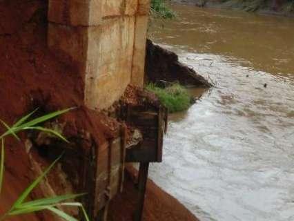 Vídeo mostra momento em que ponte de 60 metros desmorona