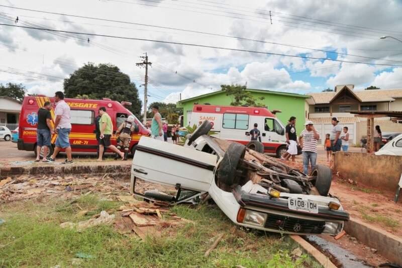 Carro capotou após colisão em cruzamento, no Nova Lima. (Foto: Fernando Antunes)