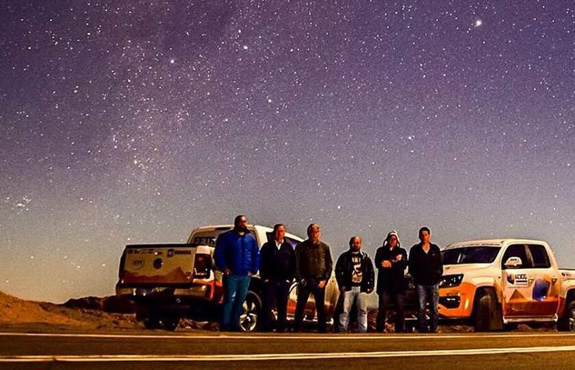 Integrantes da expedição contemplam o céu estrelado no deserto do Atacama - Foto: Equipe Paulo Cruz