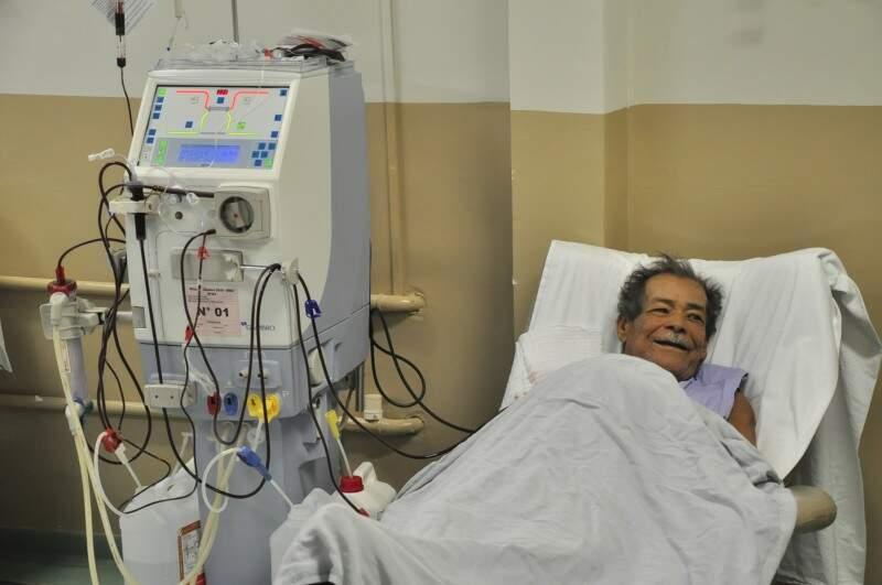 Seu Antônio que, durante uma sessão de 4 horas de hemodiálise, aguardava ansioso para ouvir Asa Branca (Foto: João Garrigó)