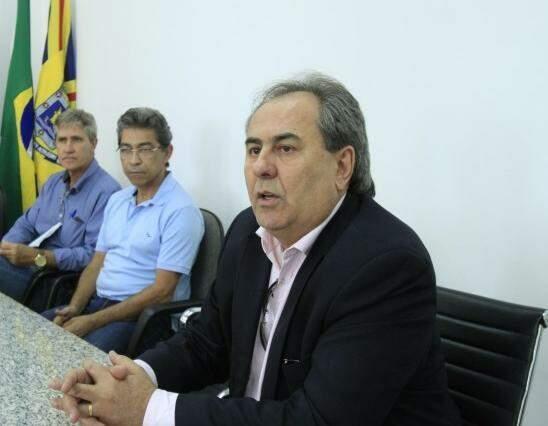Na sequência da direita para a esquerda, secretários Antônio Lacerda, José Marcos da Fonseca e Rudi Fiorese (Foto: PMCG/Divulgação)