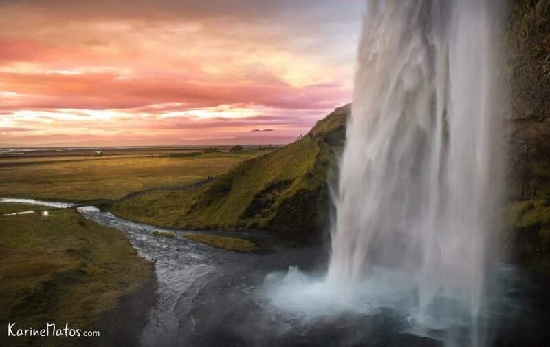 Pôr do sol em Seljalandsfoss, uma das cachoeiras famosas na Islândia. (Foto: Karine Matos)