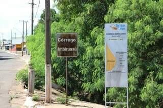 A solução, segundo os moradores, seria fazer uma ponte para dar vazão a água da chuva. (Foto: Cleber Gellio)