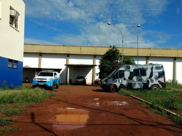 Choque realiza pente-fino na manhã desta quarta-feira (4) para encontrar objeto jogado para internos do PCC. (Foto: Osvaldo Duarte/ Dourados News)